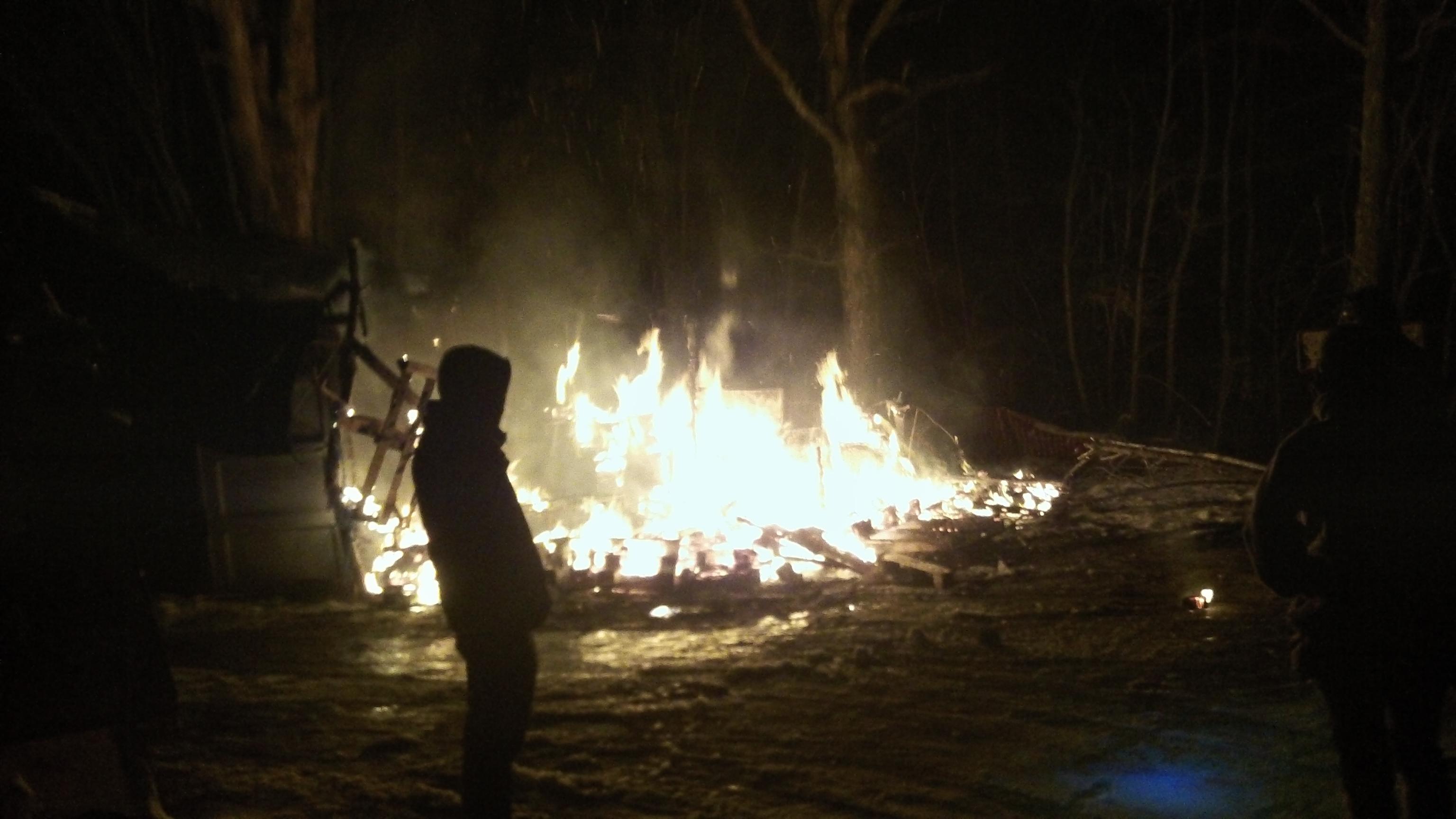 """La barricade """"Tropik"""" dévastée par un incendie volontaire, sans faire de blessés."""